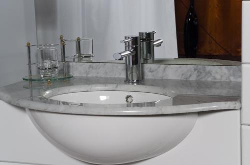 MOBILE da BAGNO ECONOMICO ARREDO LACCATO bianco con lavabo MARMO ...
